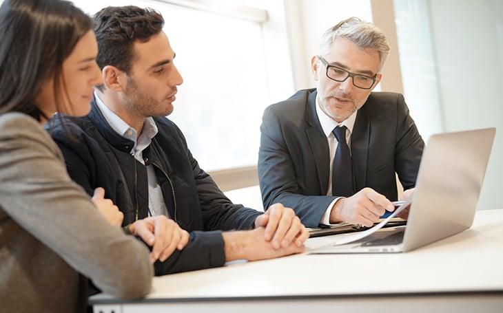 Pareja-Asesor-banco-tasa-baja-credito-hiotecario