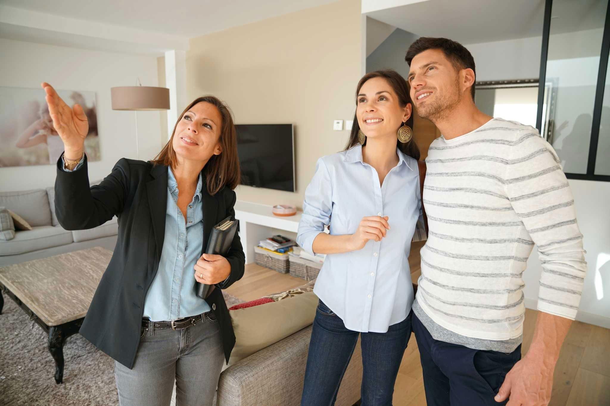 que-casa-comprar-pareja-agente-inmobiliario