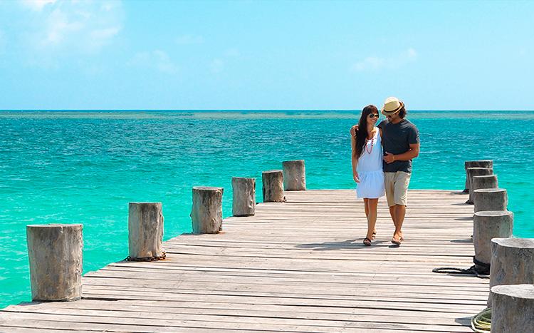 playa-ancun-pareja-caminando-1.png